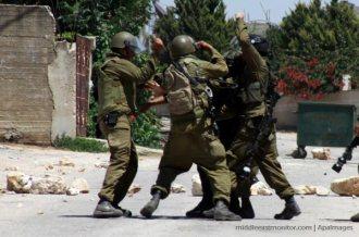 israeli-soldiers-beat-palestinian-journalist
