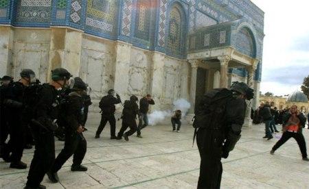 Israeli-Forces-firing-tear-gas-al-aqsa