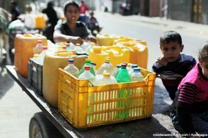 palestinian-children-water-bottles