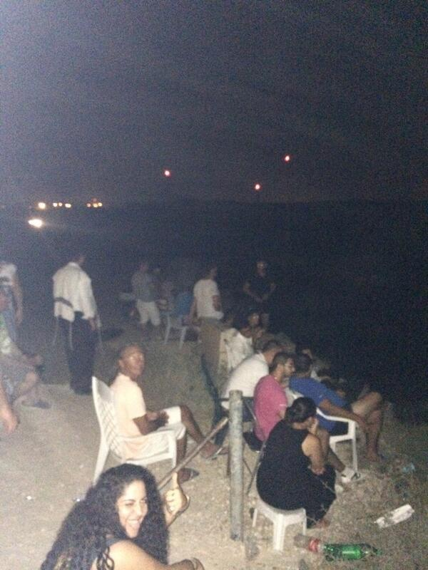israelis-bringing-chairs-2-hilltop-in-sderot-2-watch-latest-from-gaza-clapping-when-blasts-are-heard