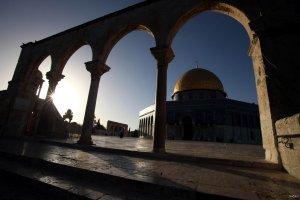 Al-aqsa-Mosque-through-pillars
