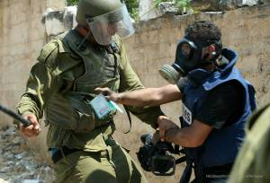 Israeli-soldeir-attacking-palestinian-Press