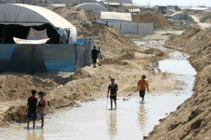 children-walk--after-army-flood-gaza-tunnels-Sep-2015-02