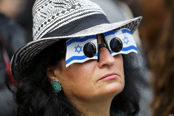 pro-Israel-and-pro-Palestinian-protestors-outside-Downing-St-during-Netanyahu-visit-Sep-9-2015-9-Israel-protestor-sunglasses